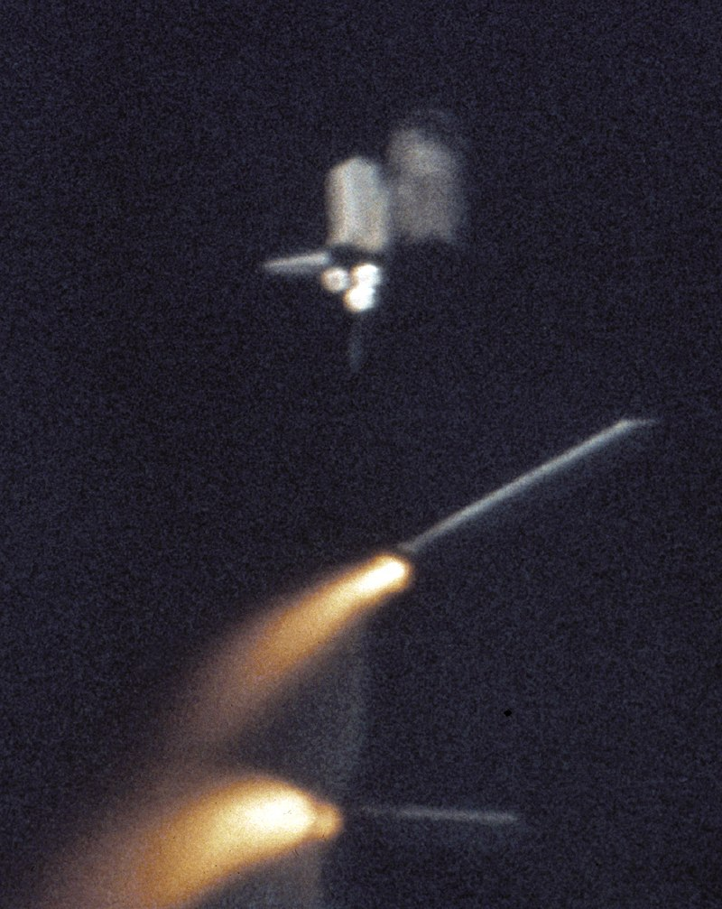 Автор: NASA, Original uploader was Leafnode at pl.wikipedia - Originally from pl.wikipedia; description page is/was here.NASA: http://www.nasa.gov/images/content/107926main_SRB_sep_sts1.jpghttp://history.nasa.gov/sts1/images.html, Общественное достояние, https://commons.wikimedia.org/w/index.php?curid=2850384