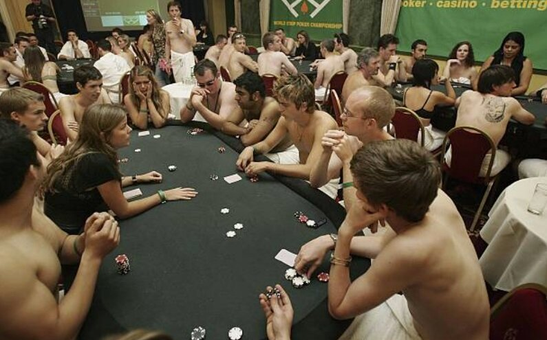 naked-girls-are-playing-poker