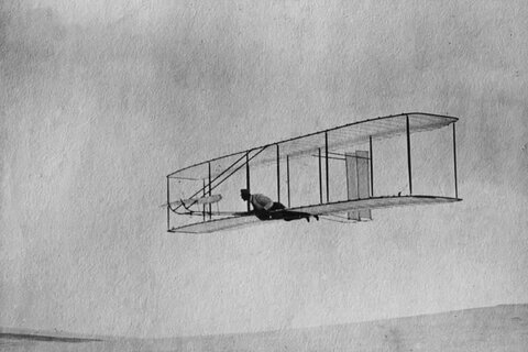 https://upload.wikimedia.org/wikipedia/commons/1/13/1902_Wright_glider_fly.jpg