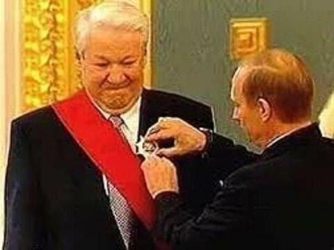 Путин наградил Ельцина.jpg