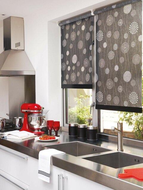 Рулонные шторы для окон возле кухонной мойки.jpg