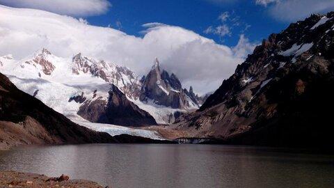Пик Фицрой и высокогорное озеро у его подножия на высоте 3000м. Чили, 2014