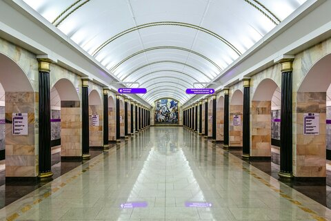 https://upload.wikimedia.org/wikipedia/commons/thumb/0/09/Metro_SPB_Line5_Admiralteyskaya_Platform.jpg/1920px-Metro_SPB_Line5_Admiralteyskaya_Platform.jpg