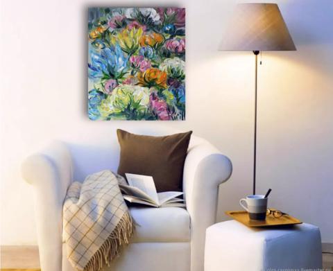 картина с цветами в интерьре гостиной.png