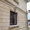Изготовление и монтаж фасадного декора из натурального камня (окна, карнизы, русты, колонны)