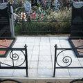 Выкладка тротуарной плитки на захоронении