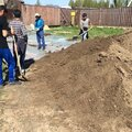 Рабочие для подготовки участка для укладки газона