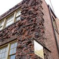 Строительный эксперт обследует здания и сооружения, кладки стен, заборов и пр.