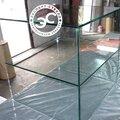 Изготовление стеллажей и витрин из стекла